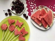 Stücke der Masse der Wassermelone werden mit einem Stempel geschnitten Sie werden verschiedene Formen gegeben Aufgereiht auf Aufs lizenzfreie stockbilder