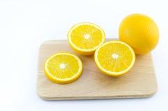 Stücke der Orange auf einem hölzernen Brett des Ausschnitts Stockfotografie