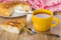 Stücke der Torte mit Hüttenkäse, Tasse Tee, Zucker Stockfoto