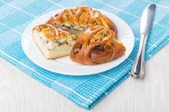 Stücke der Torte mit Huhn in der Platte, Messer auf Serviette Lizenzfreies Stockfoto