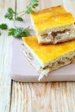 Stücke der Torte mit Kohl und Pilzen Lizenzfreies Stockfoto