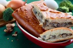 Stücke der Torte mit Pilzen Lizenzfreie Stockfotos