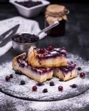 Stücke der Torte vom Hüttenkäse und den Blaubeeren Lizenzfreies Stockbild