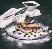 Stücke der Torte vom Hüttenkäse und den Blaubeeren Lizenzfreies Stockfoto