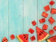 Stücke der Wassermelone auf blauem Holztisch Lizenzfreie Stockfotos