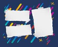 Stücke der zerrissenen leeren Anmerkung, Notizbuch, Schreibheftpapierstreifen fest auf gezeichnetem buntem Hintergrund lizenzfreie abbildung
