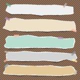 Stücke der zerrissenen weißen leeren Anmerkung, des Notizbuchpapiers mit Wolken und der Sonne auf blauem Hintergrund stock abbildung