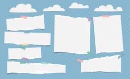 Stücke der zerrissenen weißen leeren Anmerkung, Notizbuchpapier mit Wolken auf blauem Hintergrund lizenzfreie abbildung