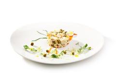 Stücke des Huhns mit Reis, Pfirsich und Petersilie in der weißen Schüssel getrennt auf weißem Hintergrund Stockfotos
