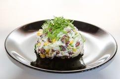 Stücke des Huhns mit Reis, Pfirsich und Petersilie in der weißen Schüssel getrennt auf weißem Hintergrund Stockbild