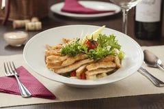 Stücke des Huhns mit Reis, Pfirsich und Petersilie in der weißen Schüssel getrennt auf weißem Hintergrund lizenzfreie stockfotos