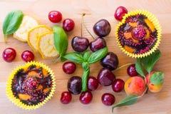 Stücke des kleinen Kuchens und der Frucht lizenzfreies stockbild