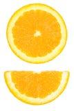 Stücke des Kreises und der Hälfte schnitten die Orange, die auf Weiß lokalisiert wurde Stockfotografie