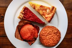 Stücke des Kuchens auf einer weißen Platte Lizenzfreie Stockfotografie