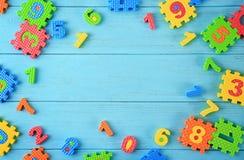 Stücke des Mathepuzzlespiels zerstreut auf Hintergrund lizenzfreies stockbild