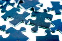 Stücke des Puzzlespiels, getrennt auf weißem Hintergrund Lizenzfreies Stockfoto