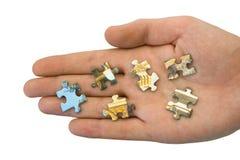 Stücke des Puzzlespiels an Hand Stockfoto