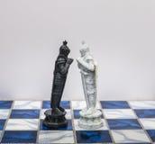 Stücke des Schachcharakters auf dem Brett mit einem Licht Ein Charakter stellt Strategie, die Planung dar, tapfer, Verrat, Konfro stockbild