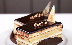 Stücke des Schwammkuchens mit Schokolade Stockfotos