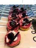 Stücke des selbst gemachten Schwammkuchens mit Erdbeere stockfotos