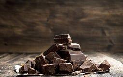 Stücke dunkle Schokolade stockfotografie