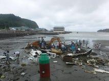 Stücke eines Bootes auf dem Strand nach Hurrikan Nate Stockfoto
