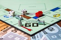Stücke eines Monopolspiels Lizenzfreie Stockfotos