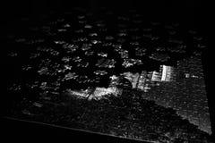Stücke eines Puzzlespiels in Schwarzweiss stockfoto