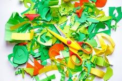 Stücke farbiges Papier und Scheren stockfotografie