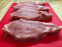 Stücke Fleisch auf dem Brett stockbilder