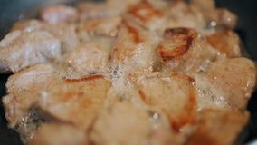 Stücke Fleisch gebraten in einer Bratpfanne stock video footage