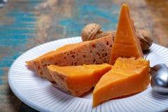 Stücke gebürtiger französischer gelagerter Käse Mimolette, produziert in Lille mit dem graulichen curst gemacht durch spezielle K stockfotografie