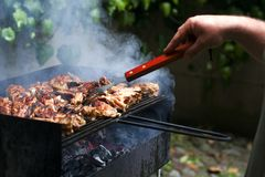 Stücke gebratenes Fleisch auf einem Gitter, mit Rauche und Feuer Gebratenes Fleisch auf Gitter mit Rauche stockfotos