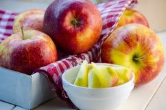Stücke geschnittene Äpfel auf einer Platte Lizenzfreie Stockbilder