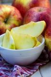 Stücke geschnittene Äpfel auf einer Platte Lizenzfreies Stockbild