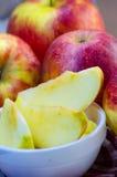 Stücke geschnittene Äpfel auf einer Platte Stockfotos
