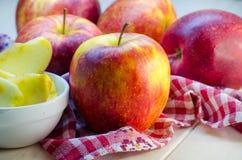 Stücke geschnittene Äpfel auf einer Platte Stockfotografie