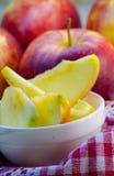 Stücke geschnittene Äpfel auf einer Platte Lizenzfreie Stockfotografie