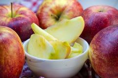 Stücke geschnittene Äpfel auf einer Platte Stockfoto