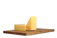 Stücke Käse auf einem Vorstand. Stockfotos