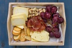 Stücke Käse auf woodenplatter Lizenzfreies Stockfoto