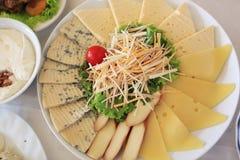 Stücke Käse auf woodenplatter stockfoto