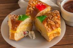 Stücke Könige backen Roscon de Reyes mit Überraschung zusammen stockbilder