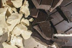 Stücke Kakaobutter und Schokolade Lizenzfreie Stockbilder