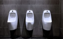 3 Stücke keramische Toiletten stockbilder