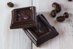 Stücke Schokolade und Kaffeebohnen lizenzfreies stockfoto