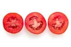 Stücke Tomaten auf Weiß Stockbild