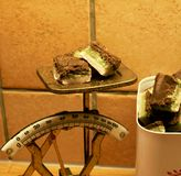 Stücke von selbst gemachten Süßigkeiten auf einer alten rustikalen Küchenskala stockbilder