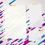 Stücke von zerrissen angeordnete und leere Anmerkung, Notizbuch, Schreibheftpapierblätter fest auf gezeichnetem buntem Hintergrun lizenzfreie abbildung