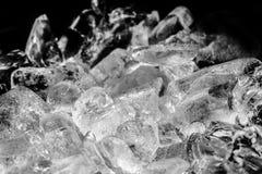 Stücke zerquetschtes Eis mit schwarzem Hintergrund Stockbild